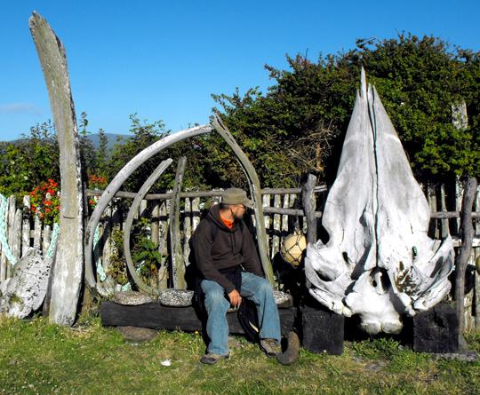 A Cucao, davanti a una casa. Se avvicini l'orecchio alla conchiglia rotta del mio timpano, puoi ancora incessantemente sentire il canto di balena che non ho visto a Chiloé.