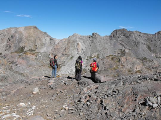 Simona con Carla e Stefano osservano l'agognata meta dall'alto.