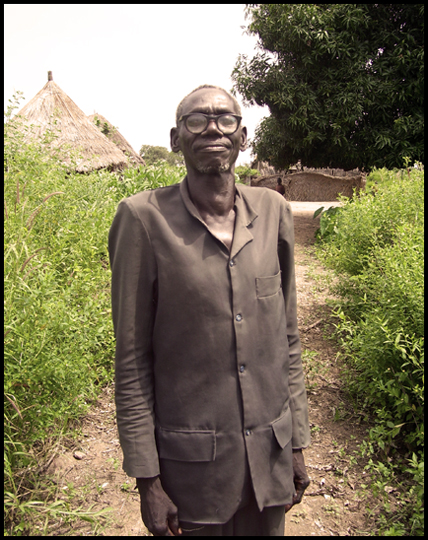 Il capovillaggio di Yamba sembra davvero un uomo di bronzo.