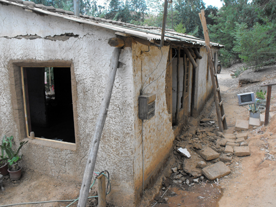 Qualcuno puntellando le case in adobe con pali riesce a salvare i tetti. Intanto tutti i beni stanno fuori e la gente teme che piova.