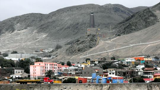 La città di Chañaral e il suo faro di rame visti dal mare.