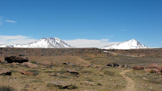 Fino a vedere el enladrillado con dietro i due vulcani descabezados.