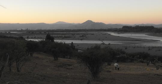 Tratto del Mataquito, lungo il quale scorre anche il progetto, in pieno autunno, di sera.