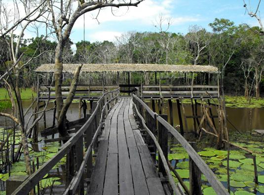 Palafitta-porto sul ramo del fiume.