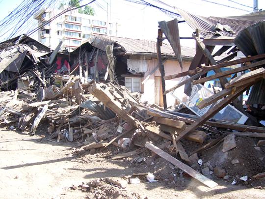 Per le strade cadono tutte le case in adobe, quasi tutte basse e popolari.